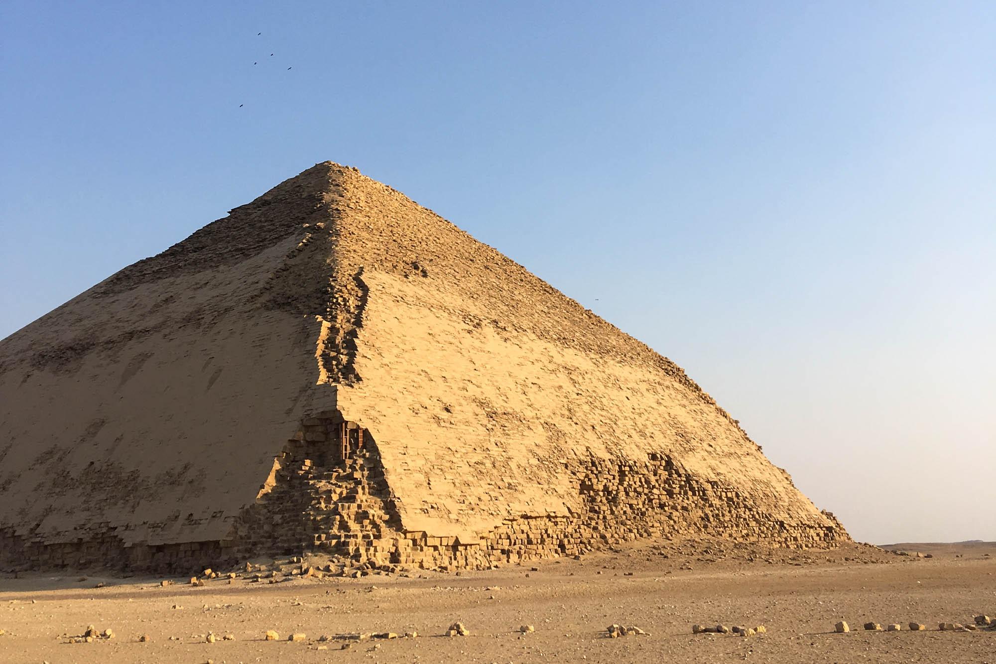 Bevor Snofru seine Rote Pyramide fertigstellen konnte, gab es bereits einen verunglückten Versuch eines Pyramidenbaus in Dahschur, die aufgrund ihrer markanten Form als Knickpyramide bekannt ist. Foto: Lothar Ruttner