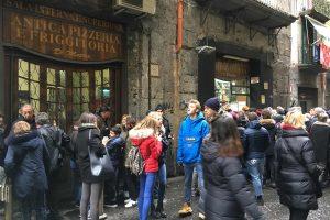 Die tägliche Warteschlange vor der Pizzeria Di Matteo, Neapel. Foto: Lothar Ruttner