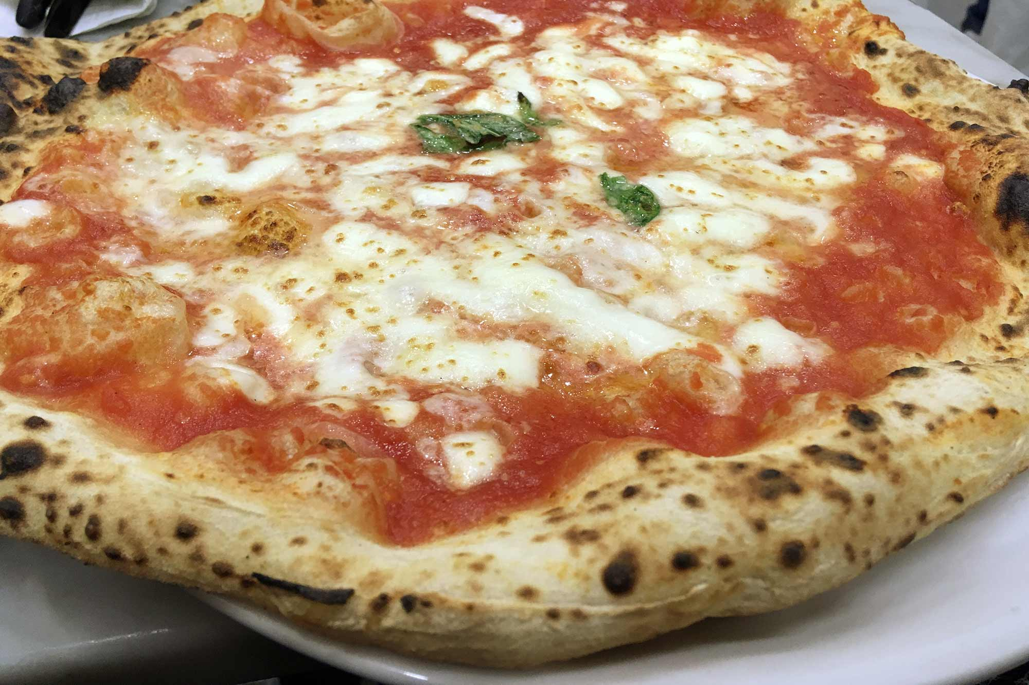Pizza Margherita in der Pizzeria Da Michele in Neapel. Foto: Lothar Ruttner