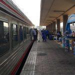 Zug 980 Richtung Assuan am Bahnsteig der Ramses Station in Kairo. Foto: Lothar Ruttner