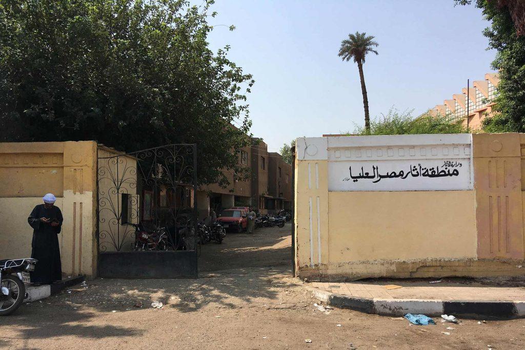 Hinter diesem Tor an der Nordseite des Luxor Museums befindet sich das Büro für Public Relations, das den Luxor-Pass ausstellt. Foto: Lothar Ruttner